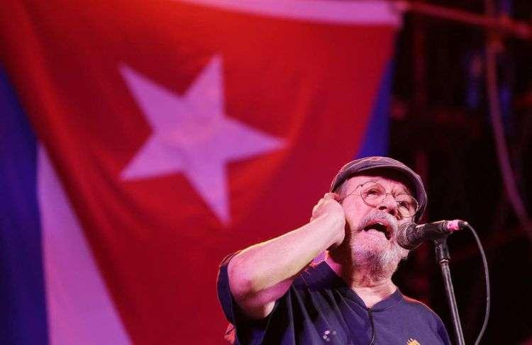 El trovador Silvio en el barrio de Cayo Hueso, en La Habana. Foto: Gabriel Guerra Bianchini / Archivo.