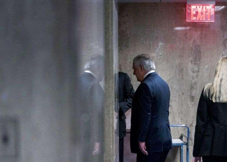 El secretario de estado Rex Tillerson sale de un recinto después de ofrecer una conferencia de prensa en Washington, el mismo día que fue despedido. Foto: Andrew Harnik / AP.