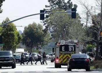 La escena frente a las oficinas de YouTube en San Bruno, California, donde se reportó un tiroteo. Foto: Jeff Chiu / AP.