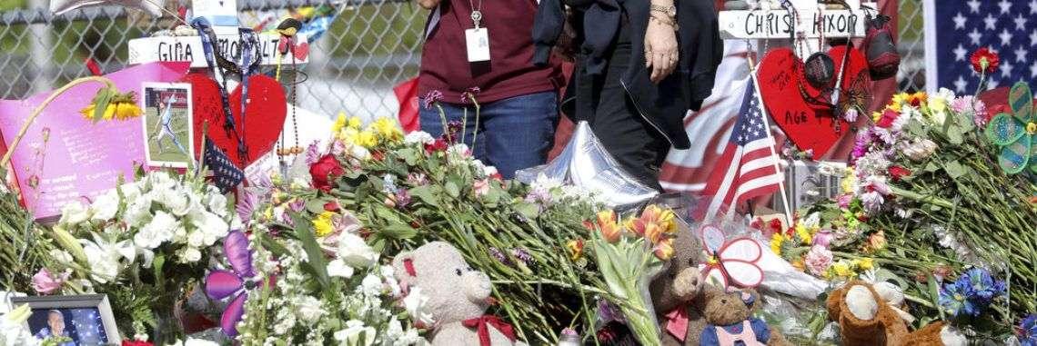 Empleadas de la escuela secundaria Marjory Stoneman Douglas regresan a la institución en Parkland, Florida, el viernes 23 de febrero de 2018, por primera vez desde que 17 personas murieron baleadas en un tiroteo Foto: Mike Stocker / South Florida Sun-Sentinel vía AP.