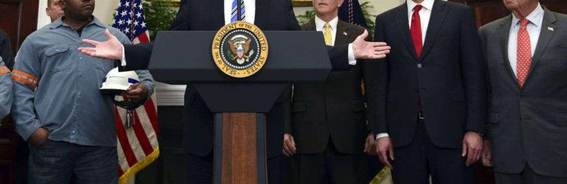 Trump anuncia sus aranceles sobre el acero y el aluminio en la Casa Blanca. Foto: Susan Walsh / AP.