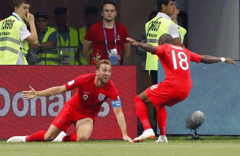 Harry Kane, de la selección de Inglaterra, festeja con su compañero Ashley Young (8), después de anotar el gol del triunfo sobre Túnez en el Mundial, el lunes 18 de junio de 2018. Foto: Frank Augstein / AP.