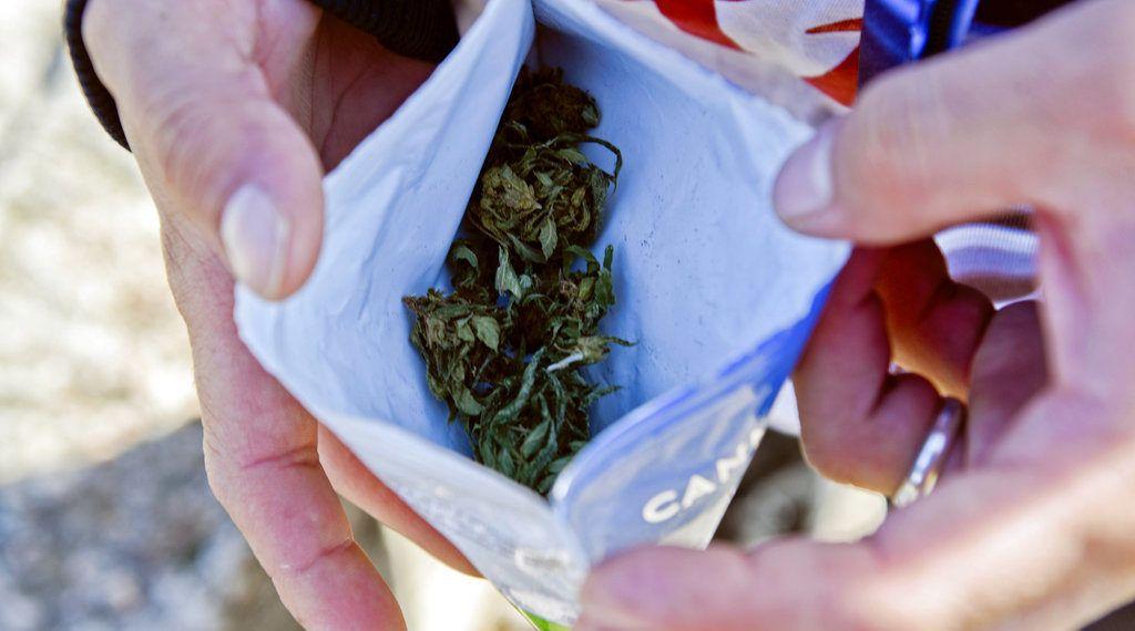 Bolsa con 10 gramos de marihuana legal comprada en una farmacia. Foto: Matilde Campodonico / AP.