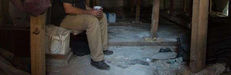 Uno de los inquilinos del edificio de Zulueta 505, quien entró a vivir en las estructuras apuntaladas, en La Habana. Foto: Otmaro Rodríguez.