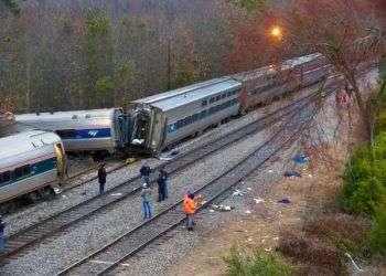 Autoridades examinan las causas de un choque de trenes en Cayce, Carolina del Sur, este 4 de febrero de 2018. Foto: Tim Dominick / The State vía AP.