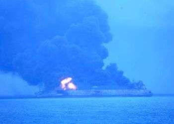 El petrolero con bandera panameña Sanchi arde tras una colisión con un mercante hongkonés cerca de la costa oriental china, el domingo 7 de enero de 2018. Foto: Guardia Costera de Corea del Sur via AP.