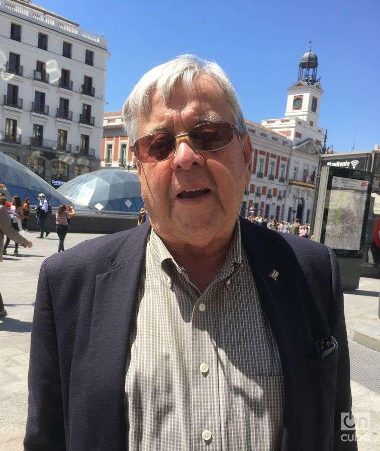 Carlos Alzugaray en Puerta del Sol, Madrid, donde por estos días es fácil encontrar cubanos que llegan de la Isla y que participarán en el Congreso en Barcelona. Foto: Milena Recio.