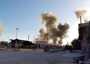 Columnas de humo después de un ataque aéreo de las fuerzas del gobierno sirio en la localidad de Duma, al este de Damasco, Siria, este 7 de abril de 2018. Foto: Syrian Civil Defense White Helmets vía AP.