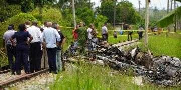 Trabajadores de rescate y autoridades cubanas donde cayó el Boeing 737 de la aerolínea mexicana Global Air, en La Habana. Foto: Ramón Espinosa / AP.