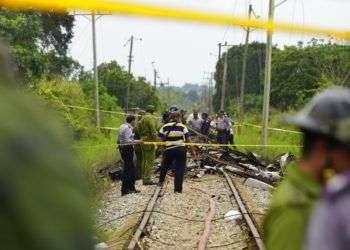 Trabajadores de rescate donde el avión cayó. Foto: Ramón Espinosa / AP.