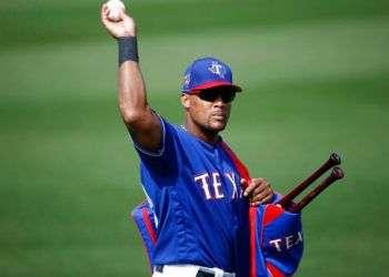 Adrián Beltre, de los Rangers de Texas, será uno de los peloteros con 20 o más campañas en la MLB esta temporada, junto a su compañero Bartolo Colón. Foto: Ross D. Franklin / AP.