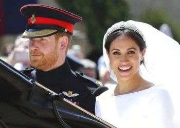 El príncipe Enrique y Meghan Markle salen de la Capilla de San Jorge tras la ceremonia de su boda, en el Castillo de Windsor, el sábado 19 de mayo del 2018. (Gareth Fuller/pool photo via AP)