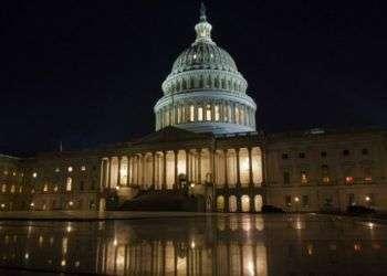 El Senado de Estados Unidos aprobó en la madrugada del 9 de febrero de 2018 un masivo acuerdo presupuestario bipartidista y una ley de gasto para poner fin a un breve cierre gubernamental. El plan pasó a la Cámara de Representantes. Foto: Jon Elswic / AP.