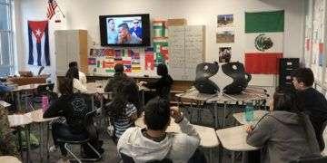 """Aprendiendo """"Cuba Isla Bella"""" de Orishas, en el salón de clases. Foto: Cortesía del entrevistado."""