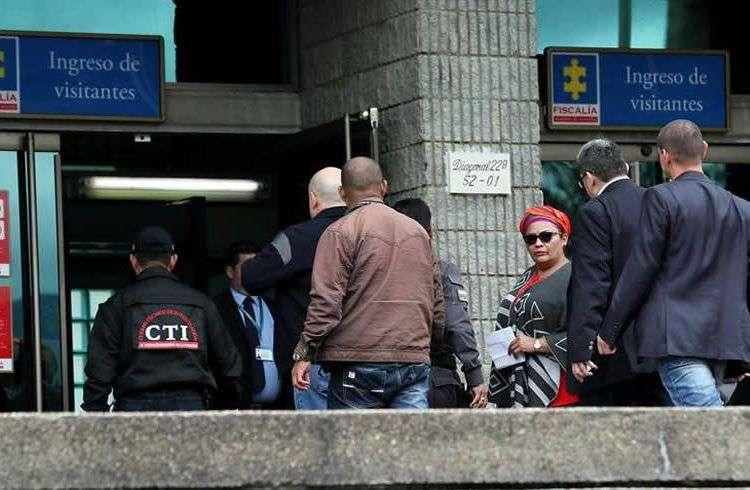 Los integrantes del Consejo Político Nacional del partido Fuerza Alternativa Revolucionaria del Común llegan a la Fiscalía General de la Nación a visitar a su compañero detenido Jesús Santrich el domingo 15 de abril en Bogotá. Santrich, seudónimo de Seuxis Pauxias Hernández Solarte, de 51 años, fue capturado por la Fiscalía colombiana con base en una circular roja de Interpol a petición de la justicia de EE.UU., que lo acusa de tener un acuerdo para exportar 10 toneladas de cocaína a ese país después de la firma del acuerdo de paz, efectuada el 24 de noviembre de 2016. Foto: Mauricio Dueñas Castañeda/EFE.