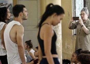 La coreógrafa británica, Lea Anderson (d), graba un ensayo como parte de su colaboración con Danza Contemporánea de Cuba, en La Habana. Foto: Ernesto Mastrascusa / EFE.