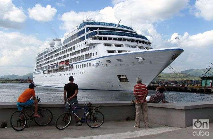 El Insignia en la bahía de Santiago de Cuba. Foto: Claudia García.