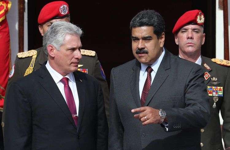 Miguel Díaz-Canel (izq) junto a Nicolás Maduro, durante la primera visita oficial del nuevo presidente cubano a Venezuela. Foto: Miguel Gutiérrez / EFE.