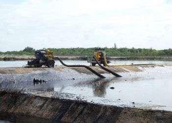 Trabajos de limpieza en la bahía de Cienfuegos tras el derrame de hidrocarburo como consecuencia de las intensas lluvias. Foto: islalocal.com