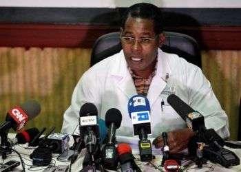 El director del hospital Calixto García, el doctor Carlos Alberto Martínez Blanco, en una rueda de prensa el martes 22 de mayo de 2018, en La Habana Foto: Ernesto Mastrascusa/ EFE.