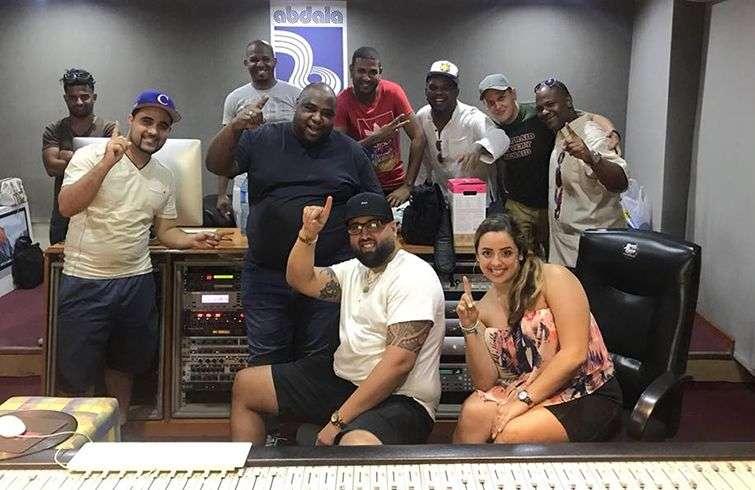 DJ Warapo con Alexander Abreu (al centro) y otros músicos en los estudios Abdala durante el Festival de la Salsa en La Habana. Foto: Perfil de Facebook de DJ Warapo.
