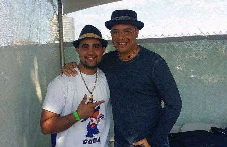 DJ Warapo con el músico cubano Issac Delgado. Foto: Perfil de Facebook de DJ Warapo.