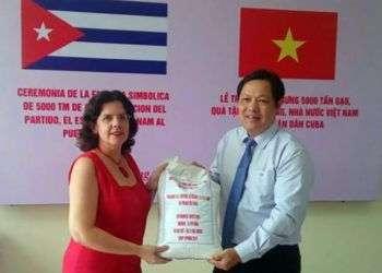 Entrega simbólica de la donación de 5,000 toneladas de arroz por parte de Vietnam a Cuba. Foto: Minrex.