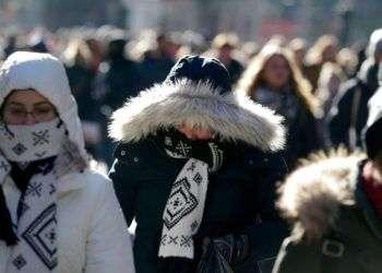 Peatones intentan mantenerse calientes ante la ola de frío, mientras caminan por Times Square, Nueva York este miércoles. Foto: Seth Wenig / AP.
