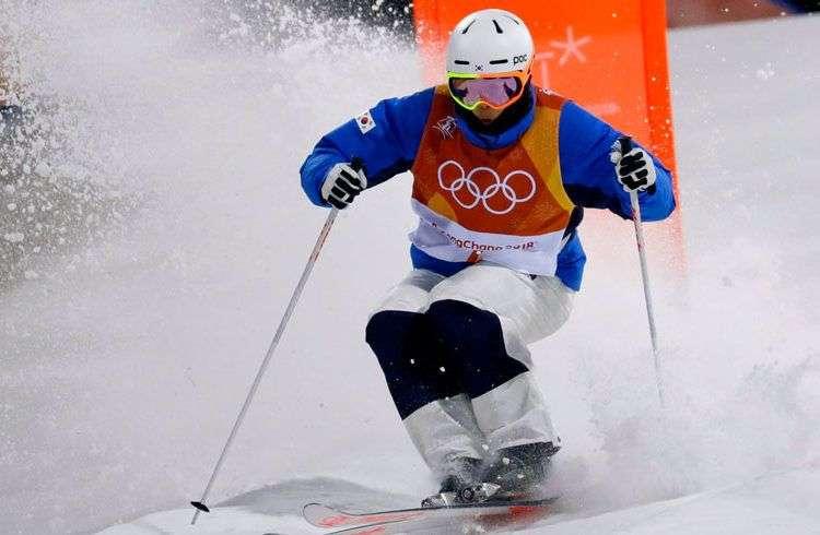 El esquiador surcoreano Choi Jae-woo, ahora vetado por acoso sexual, durante una prueba de calificación de los Juegos Olímpicos de Invierno de Pyeongchang, Corea del Sur. Foto: Lee Jin-man / AP / Archivo.