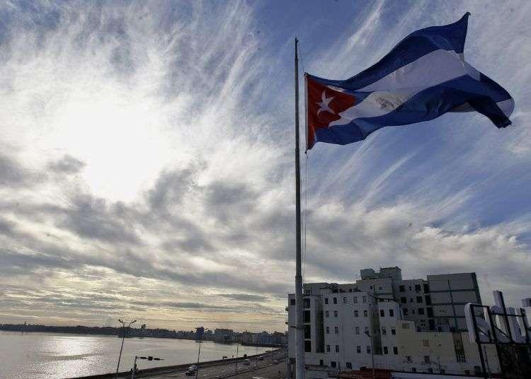La bandera cubana ondea a media asta hoy en homenaje a las víctimas del accidente aéreo ocurrido ayer en el que fallecieron 108 personas. Foto: Ernesto Mastrascusa/EFE.