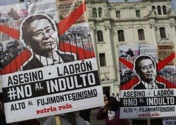 Manifestantes protestan contra el indulto del expresidente Alberto Fujimori en Lima, Perú. Foto: Martin Mejia / AP.