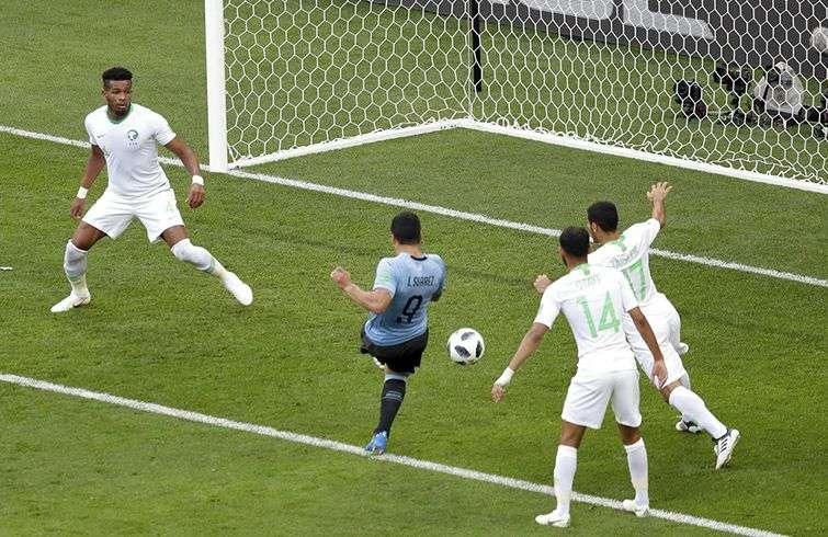 El uruguayo Luis Suárez anota el gol de la victoria sobre Arabia Saudí en un partido del Mundial, este miércoles 20 de junio de 2018, en Rostov del Don, Rusia. Foto: Themba Hadebe / AP.