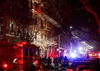 Bomberos de Nueva York responden a un incendio en un edificio del Bronx, la noche de este 28 de diciembre. Foto: Frank Franklin II / AP.