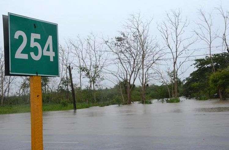 Inundaciones en la Autopista Nacional en el km 254, en Villa Clara. Foto: Arelys María Echevarría / ACN.