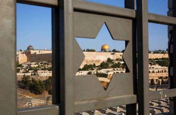 La Ciudad Vieja de Jerusalén vista a través de una ventana con forma de la estrella de David. Foto: Oded Balilty / AP.