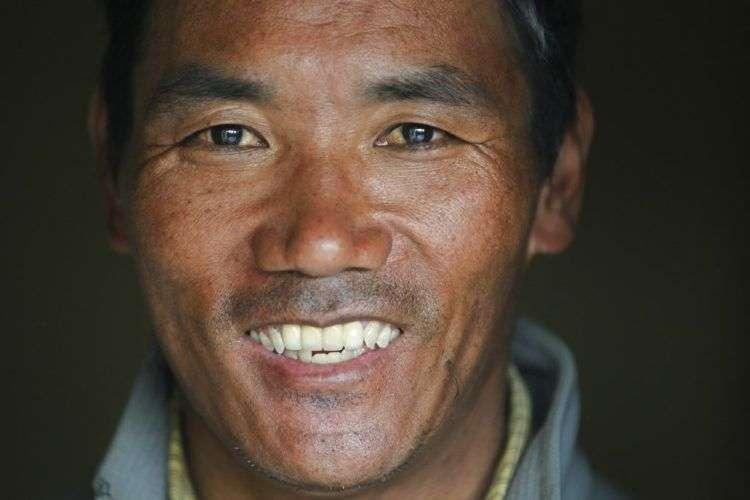 Kami Rita, el experimentado sherpa que batió el récord de más subidas al Monte Everest, en su apartamento en Katmandú, Nepal. Foto: Niranjan Shrestha/AP.