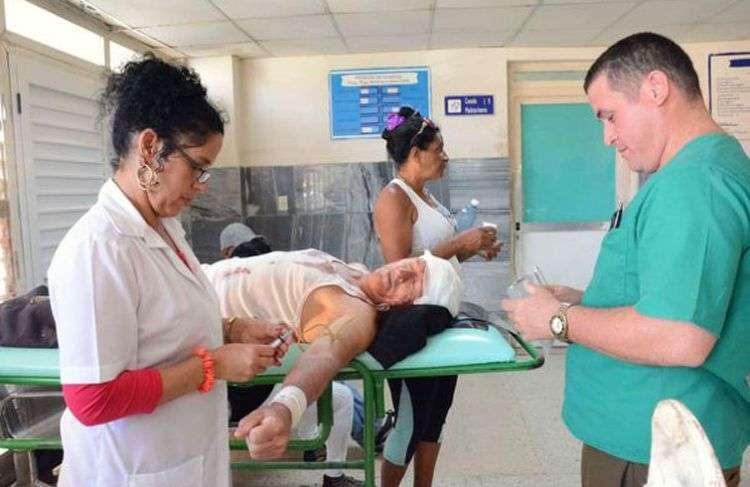 Lesionados en un accidente de tránsito este jueves son atendidos en el Hospital Provincial Dr. Antonio Luaces Iraola, de Ciego de Ávila. Foto: Osvaldo Gutiérrez / ACN.