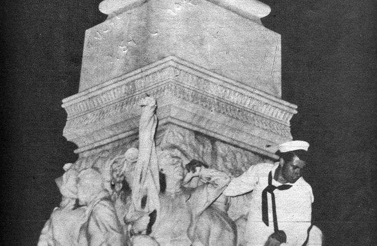 Uno de los marines estadounidenses que profanaron la estatua de Martí en el Parque Central de La Habana, en marzo de 1949. Foto: Bohemia.