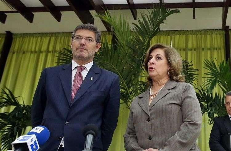 El ministro de Justicia de España, Rafael Catalá se reúne con su homóloga cubana María Esther Reus. Foto: Alejandro Ernesto / EFE.