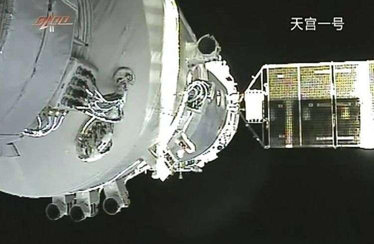 Nave espacial china Shenzhou-8, anclada a la estación espacial Tiangong-1 en noviembre de 2011. Foto: AP.