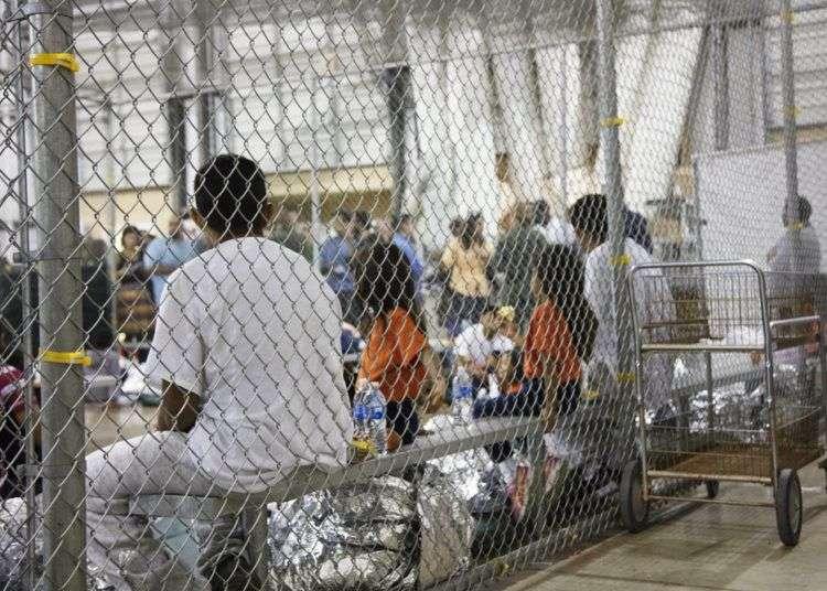 En esta fotografía proporcionada por la Oficina de Aduanas y Protección Fronteriza de Estados Unidos, personas que han sido detenidas por intentar entrar al país sin autorización, están sentadas en una de las jaulas en el centro de McAllen, Texas, el domingo 17 de junio de 2018. Foto: U.S. Customs and Border Protection's Rio Grande Valley Sector vía AP.