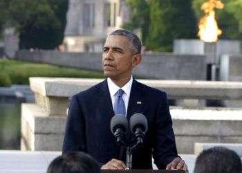 El ex presidente Barack Obama llega a dar un discurso en París, el 2 de diciembre de 2017. Foto: Thibault Camus / AP.