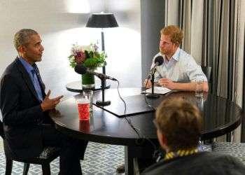El príncipe Enrique de Inglaterra entrevista al ex presidente estadounidense Barack Obama para un programa de radio. Foto emitida por el Palacio Kensington, cortesía de la Fundación Obama, via AP.