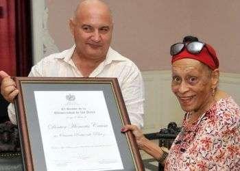 Omara Portuondo recibe el Título de Doctor Honoris Causa en la Universidad de las Artes. Foto: Juventud Rebelde.
