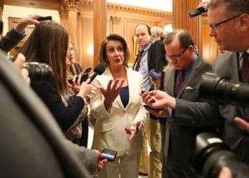 """La líder de la minoría demócrata en la Cámara de Representantes, Nancy Pelosi, habla con la prensa después de un maratónico discurso este miércoles en el que se opuso a un acuerdo presupuestario que olvide a los """"dreamers"""". Foto: Pablo Martinez Monsivais / AP."""