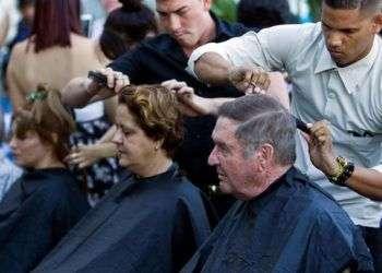 Peluqueros cubanos celebraron su día con un corte gratuito de pelo en La Habana Vieja. Foto: Ernesto Mastrascusa / EFE.