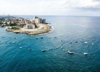 Performance del proyecto Tercer Paraíso, frente al Malecón de La Habana, casualmente un día antes de que los presidentes de Cuba y EEUU anunciaron el restablecimiento de relaciones bilaterales.