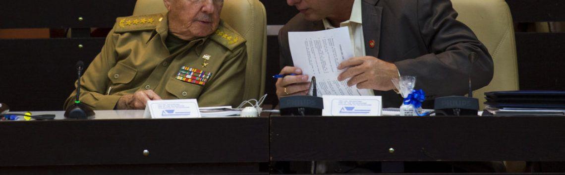 El presidente cubano Raúl Castro, a la izquierda, estrecha la mano del vicepresidente Miguel Díaz-Canel al cierre de la sesión legislativa en la Asamblea Nacional el 20 de diciembre de 2014. Foto: Ramón Espinosa / AP.