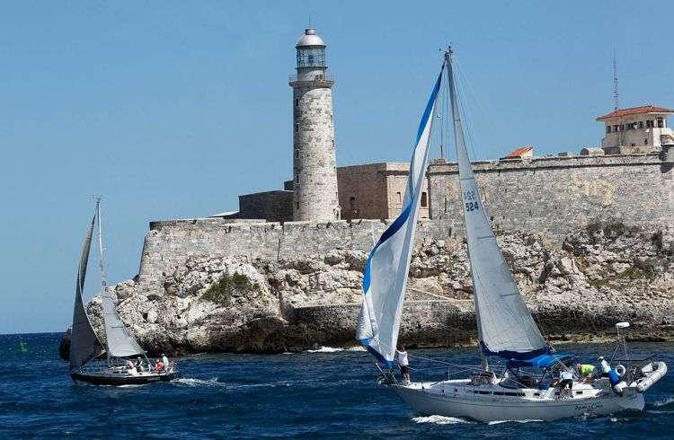 """Veleros de Cuba y EE.UU. compitieron este sábado en la segunda edición de la regata """"Torreón de la Chorrera"""". Foto: EErnesto Mastrascusa / EFE."""