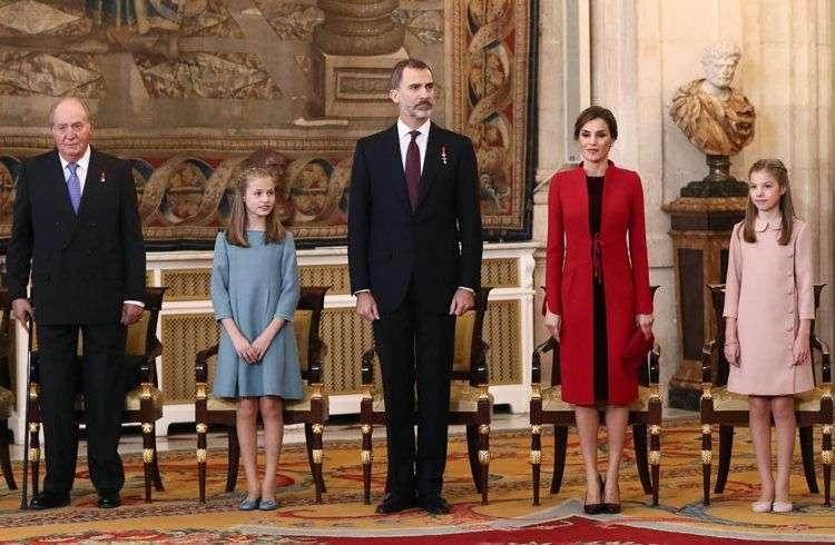 El Rey Felipe VI de España (centro) junto a la reina Letizia, sus hijas, la princesa Leonor (izquierda), y la infanta Sofía, y su padre, el monarca emérito Juan Carlos I (derecha), en el Palacio Real. Foto: Mariscal / EFE.